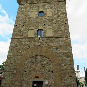 L'entrata alla torre, dalla parte interna del viale Fratelli Rosselli