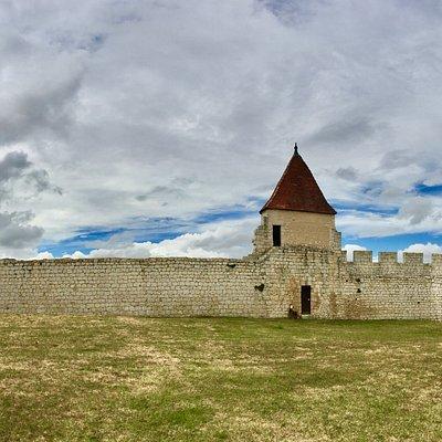 """Grâce à l'investissement et à la volonté des membres de l'association """"les amis du château et du patrimoine de Villebois-Lavalette"""", je n'ai pas eu à me plaindre des informations qui m'ont été transmise au sujet des richesses patrimoniale locale. En effet, j'ai commencé par visiter le château et j'ai été reçu par une dame charmante qui m'a communiqué nombre d'informations, m'évitant le passage à l'Office de Tourisme."""