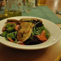 Salat mit gegrillten Putenstreifen