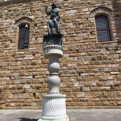 La statua in bronzo di Giuditta e Oloferne in piazza della Signoria  (moderna copia dell'originale di Donatello)