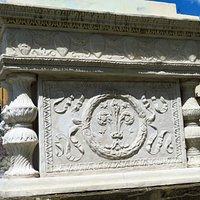 Il basamento della statua del Marzocco