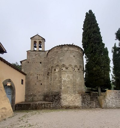 vista posteriore con abside e campanile a vela