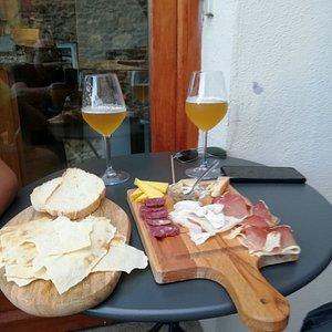Tagliere 100x100 sardinia con birra artigianale barley asfodelo, centro storico di Posada Sardegna..