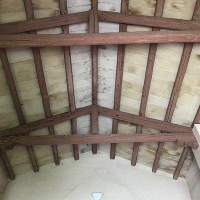 Il tetto con le travi a vista .