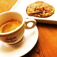 Nosso café especial moído e em grãos e a massa de cookie do folie na sua casa!