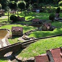 Die Mühlen werden vom Wasser eines Baches tatsächlich in Bewegung versetzt.