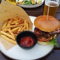 The classic burger and an NB pilsener.