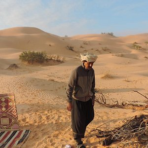 Salve, Attraverso un'agenzia ( cosa che consiglio a tutti visto che per andare nel deserto serve autorizzazione da parte della polizia) abbiamo partecipato ad un'escursione di una notte nel deserto. Abbiamo cenato e dormito in tende insieme ad un gruppo di berberi,Tanto freddo, nonostante le 4 coperte di lana di cammello, ma ne è valsa la pena! Tramonto ed alba bellissimi! Colori unici e simpatica anche l'esperienza in dromedario... insomma non si può andare in Tunisia senza avventurarsi nel des