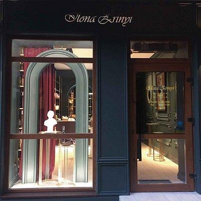 Красивый и стильный магазин сувениров.
