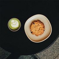 Matcha latte & an oatmeal cookie