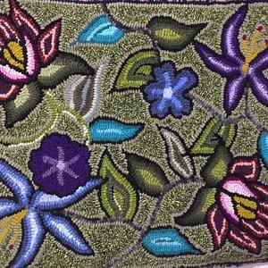 Alfombra creada por una de las artistas del colectivo Multicolores.