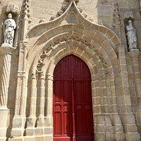 Un bel édifice, un portail élégant et une histoire terrible et fascinante. C'est aujourd'hui une église imposante, construite en pierres taillées, dotée d'un beau portail qui donne accès à la nef en passant sous un clocher carré sans flèche.