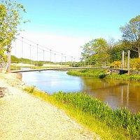 Hængebroen ved vandkraft søen i Mejrup