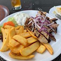 Schöne Terrasse und man kann in der Abendsonne griechisches Essen genießen. Netter Service und günstige Preise. Essen hat mir gut geschmeckt, auch wenn das Gyros stellenweise sehr trocken war.