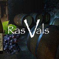 Somos una pequeña bodega que en el año 2007 inició su proyecto  de  recuperación de antiguos viñedos de variedades autóctonas del Somontano de Huesca (España). Hemos replantado, a partir de viñas antiguas, la variedad blanca Alcañón (prácticamente en extinción) y las variedades tintas Parraleta y Moristel y salimos a la luz de nuestro silencioso trabajo el verano del 2013.