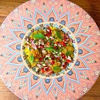 Tabúlenlas de cous cous, crudité de verduras, berenjena a la curcuma, lima y menta