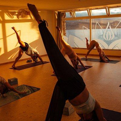 Inhalas extiende los dedos del pie arriba y atrás sintiendo la energía expansiva de vyana.