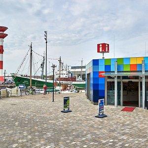 Beratung, Tipps und Tickets für Jedermann. Wir geben Auskunft zu allem, was in Bremerhaven & umzu angeboten und veranstaltet wird. Telefonisch, postalisch oder persönlich in unseren Tourist-Infos. Beratung, Eintritts- und Fahrkarten, Souvenirverkauf und Unterkunftsvermittlung.