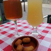 Al servirnos la bebida nos trae unas croquetas de aceituna!!! PRIMERO SORPRESA POR LA COMBINACIÓN .... PERO ES QUE ESTABAN BUENISIMAS!!!