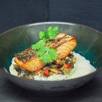 Pavé de saumon, riz basmati, légumes caramélisés
