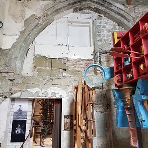 Reste Torbogen von Spitalkirche aus dem 13. Jahrhundert. Oben getäfelte Reste von Kuttelwaschplatz als noch Schlachthaus war