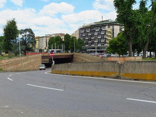 Il sottopasso dei viali che immette direttamente sul ponte