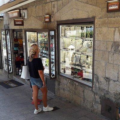Emporium Italy by Chiaroscuro San Marino -  www.emporium-italy.com Borse Donna, Zaini Uomo e Donne, Portafogli, Cinture , Borsoni da Viaggio, Cartelle da Lavoro il tutto vero in pelle, Vasto assorimento. Visitateci negozio Chiaroscuro in centro storico a San Marino, oppure visitateci sul nostro sito : www.emporium-italy.com