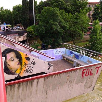 Una delle terrazze a sbalzo sul fiume coperta dai graffiti e scritte varie
