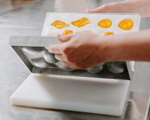 Na Oficina do Doce, durante 30 minutos, irá conhecer a história da criação e produção dos Ovos Moles de Aveiro IGP. Terá a oportunidade de fazer parte do processo de enchimento e corte e por fim degustar esta maravilhosa iguaria.