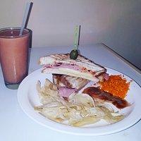 Sándwich de Jamón y Queso + Frappé de Guayaba Natural