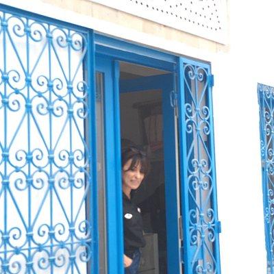 C'est un endroit où le commerce équitable nous propose des merveilles . Essentiellement fabriqué par des femmes vous y trouverez des sacs, des paniers,des broches, des colliers, des djellabas,des kaftans tous, avec un lien entre le savoir faire ancestral tunisien et une modernité qu'on doit à la maîtresse des lieux ! De retour à Paris tt on a souvent cherché à savoir où j'avais pu trouver ces petites merveilles !