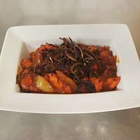 Akbari Chicken - With medium spices, fresh garlic and ginger, dressed with fried onins.