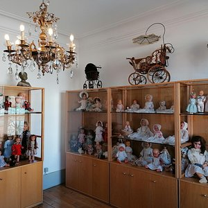 Na Sala das Bonecas Antigas encontra a a história da boneca desde o Séc. XIX até aos anos 50 contada pelas marcas e pela tipologia de construção (porcelana; pasta de papel, compósito, celulóide,...