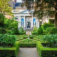 Binnentuin met zicht op het Koetshuis Foto: Peter Kooijman