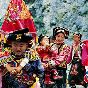 The Qiang people's clothes are the common dresses of the Qiang people. The ancient Qiang people mainly wear robes and their clothes were different in different historical periods. In general, the clothing of Qiang has changed with the changes of environment and living conditions.(Photo by Wang Bingning)