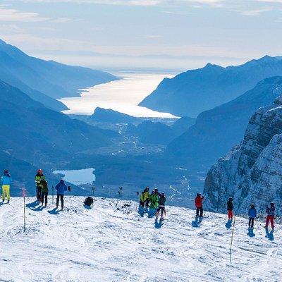Sci con vista sul Lago di Garda e le Dolomiti di Brenta