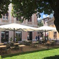 """Benvenuti nella """"Tastiko Plaza"""", la nostra area esterna in cui è possibile gustarsi un pasto o rilassarsi con un bel drink. Dalla colazione alla cena!"""