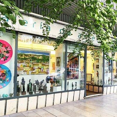 GranadaCapital se muestra como una galería de arte con una línea de trabajo abierta y renovadora. En el centro de Granada, alojada en una de sus principales arterias, cuenta con una significativa presencia en la ciudad y en su contexto social, artístico y económico.