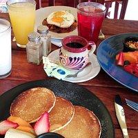 Desayunos, Almuerzos y cenas Breakfast, lunch and dinner