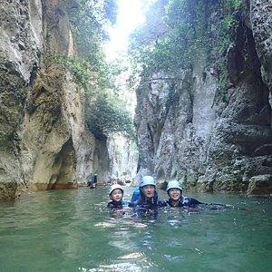 En famille au canyon des gorges de Galamus