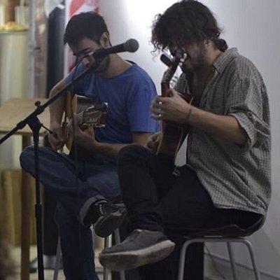 Músicos compartiendo su arte con nosotres