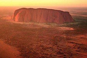 Questa vista non invecchia mai. Ecco a voi la famosa icona dell'Uluru-KataTjuta National Park.🤠🌞❤️ Photo: @jaydidphoto