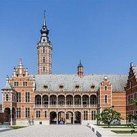 Gevel Museum Hof van Busleyden vanaf de Sint-Janstraat