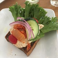 Gf dunkles Brot mit Rote Beete-Hummus und Gemüse