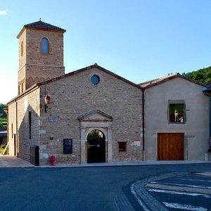 C'est dans l'ancienne église de Fuissé, au cœur du village, que la Maison Auvigue a entièrement transféré son activité. Dans son nouvel espace, venez découvrir la boutique et caveau de dégustation !