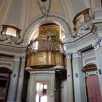 L'interno con l'organo