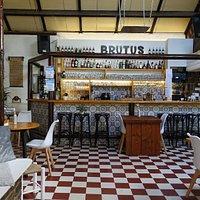 De gezellige bar en restaurant