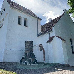 Kirken set fra toppen af den stejle sti