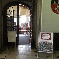 Foyer im Rathaus Neukölln mit Eingang zur Touristinformation Neukölln