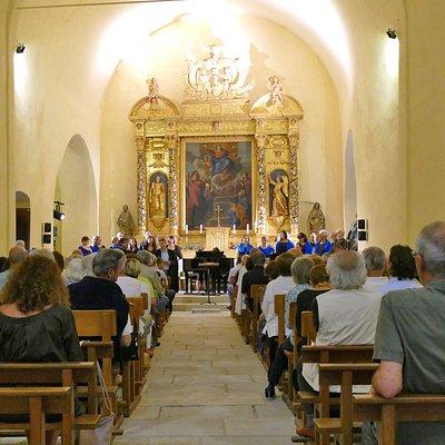 Intérieur de la Chapelle Notre Dame de la Queste à Grimaud avec son grand retable doré (concert Soirées Musicales de Grimaud)